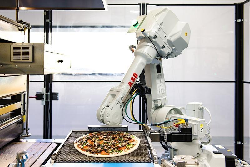从和面、加入配料,刷酱以及烘烤,都可以用机器人来自动完成