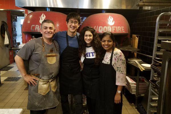 左为披萨店主厨,左三为 Pinar Yanardag,其余为团队成员